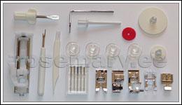 Komplektis: 4 standardpooli, nõelakomplekt, 6 talda (siksaktald, tõmblukutald, peitpistetald, äärestustald, nööpaugutald ja automaatne nööpaugutald), pintsel, nööpaugulõikaja, kruvikeeraja, teppimise juhtsuunaja, 2 niidirulli fiksaatorit (suur ja väike), täiendav niidirulli hoidik ja poolivarda viltketas.