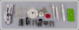 Komplektis: 4 standardpooli, nõelakomplekt, poolivarda viltketas, 8 talda (siksaktald, tõmblukutald, automaatne nööpaugutald, lapitehnikatald, avatud jalastega siksakitald, äärestustald ja peitpistetald), nööpaugulõikaja, kruvikeeraja, puhastushari, kaks niidirulli fiksaatorit ja poolialus.